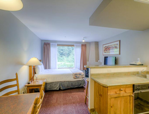 Nancy Greene's Cahilty Hotel & Suites - Studio Kitchenette - Sun Peaks