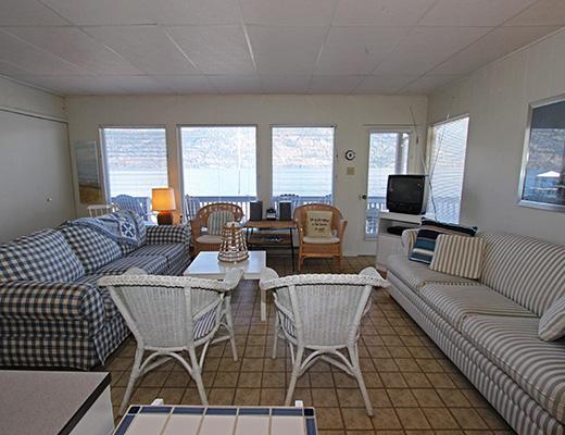 Lakeshore Cabin - 2 Bdrm - Kelowna