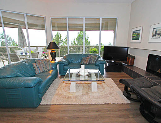 Heavenly Heights - 4 Bdrm + Den w/ Pool - Penticton