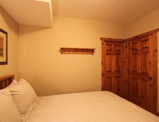 Black Diamond Chalet - 8 Bdrm HT - Fernie (10)