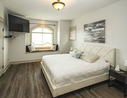 Summer House - 5 Bdrm w/ Heated Pool - West Kelowna (CVH)
