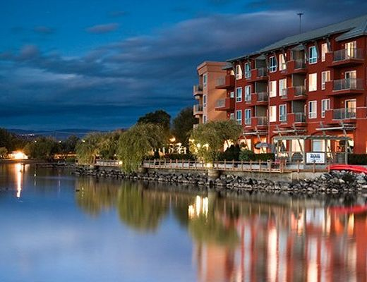 Manteo Resort - Deluxe Guestroom - Mountainside - Kelowna